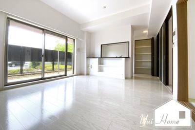 平成29年築のまだ新しいマンションです\(^_^)/今回ご紹介するのは、1階部分で《専用庭》のあるお部屋です。