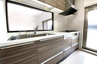 マンションは15階建ての高層マンションで、エレベーターは3基もあります。