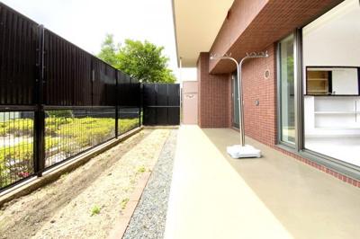 【お部屋情報】南向きの専用庭は、ガーデニングやお子様の遊び場として活躍します。1階ならではの特別仕様ですね。