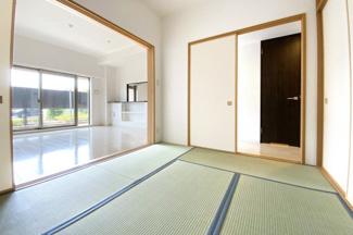 【お部屋情報】LDKは広々としており、続き和室の扉を開放すれば、20帖以上のスペースになりとても快適な空間。