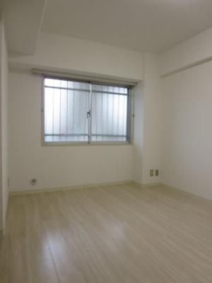 玄関横6.5帖洋室
