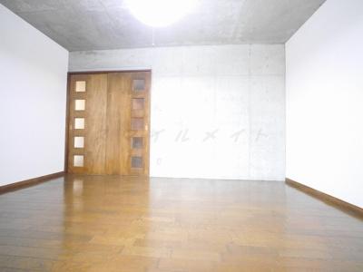 洋室8帖のお部屋です。一部コンクリート打ちっ放しの壁です。
