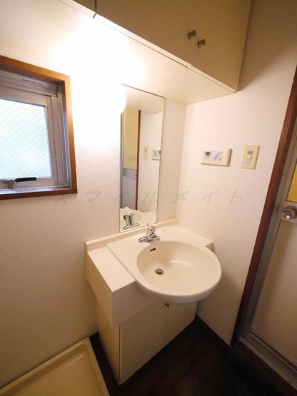 朝の身支度に便利な独立洗面台・窓がある洗面所です。