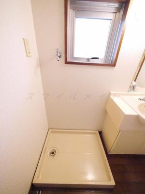 窓のある室内洗濯機置き場・ドラム式も置けます。