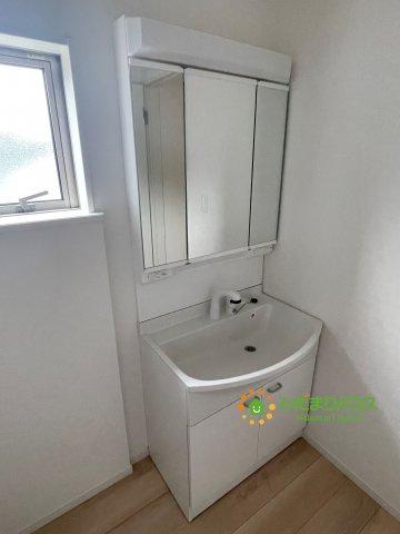 かがみんの後ろは収納棚!!散らかりがちな洗面所もスッキリ見せてくれますね。