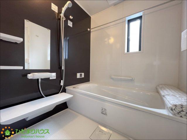 黒のアクセントクロスがシックで素敵な浴室です♪足を伸ばしてゆっくりおくつろぎいただけます♪