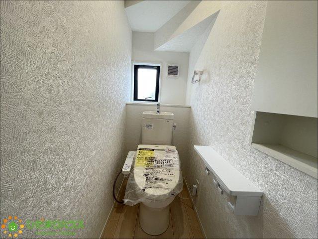 清潔感のある明るいトイレ♪ちょっとした収納スペースもご用意しております♪
