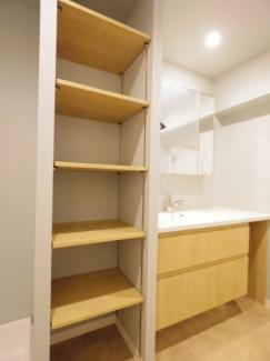 洗面台横の収納です。毎日使うリネン類などを収納できます。