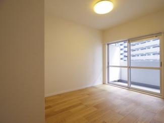南東向きで日当たり良好な洋室。全窓網戸とサッシを交換しましたので遮音性・断熱性良好です。