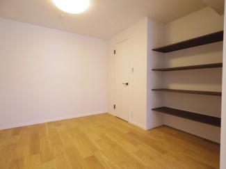 リビングと続きの洋室は5.7帖あり、ウオークインクローゼットも完備しています。