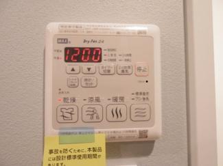 浴室乾燥機があれば、梅雨の時期や春先の花粉の時期など、外に洗濯物が干せない時期に、天気や気温を気にせず洗濯物を干すことができます。