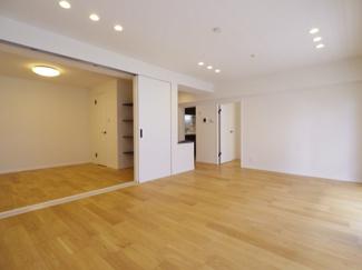 リビングに隣接する個室に段差がない間取ですので、引き戸を開け放てば2部屋が一体となり広々に。快適空間が生まれることで、家族が集まりやすくなります。