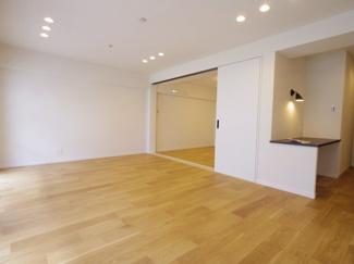リビングに隣接する洋室。仕切ってベッドルームにするも、開放して大きなリビングとしてもお使いいただけます。
