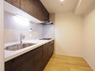足元が広く調理しやすいキッチン。水栓は浄水機能がご利用いただけるほか、蛇口が伸縮タイプでシンク周りのお掃除もらくらくです。