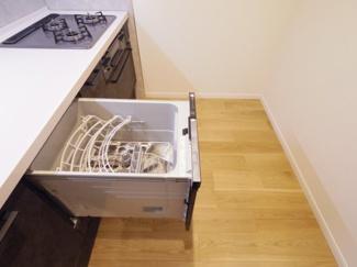 ビルトインタイプの食器洗乾燥機を採用。通常の手洗いでは使用出来ないほど高温のお湯や高圧水流を使うことにより汚れを効果的に落とすことができます。