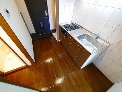 キッチンの横には冷蔵庫を置くスペースがあります