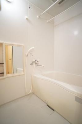 浴槽の上部には浴室乾燥機が付いています。
