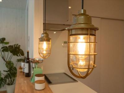 キッチンにはアウトドアスタイルの照明で非日常感を演出。