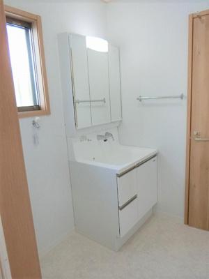 【現地写真】 独立洗面台、朝の身支度には欠かせませんね♪ とっても見やすい三面鏡になっていますよ♪