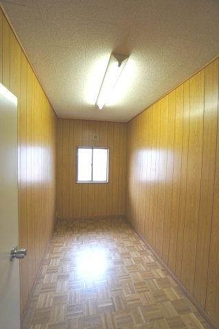 2階 季節物の家電や買い置きした日用品等収納するのに便利です。
