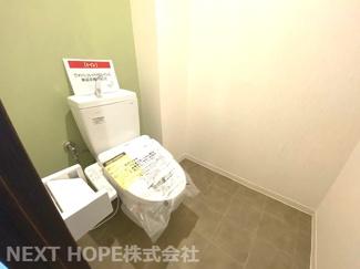 新品のトイレです♪温水洗浄便座です!!アクセントクロスもステキです!!