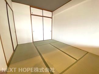 足を伸ばして寛げる和室6帖です!お客様部屋として・小さなお子様の遊びスペースとして色々活躍してくれる優秀な居室です(^^)リビングに隣接しており、フスマをオープンにしていただくと更に広がる空間を確保!