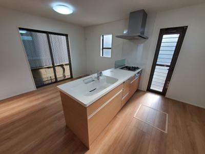 オープンキッチンで明るく開放的♪ 新築戸建の事はマックバリュで住まい相談へお任せください。