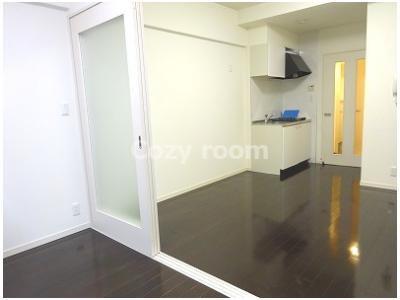 DKと洋室の仕切りドアは透明なので明るいです。