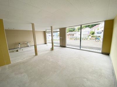 建物裏側にはドアや窓付き!従業員専用の出入り口としても利用できますね♪