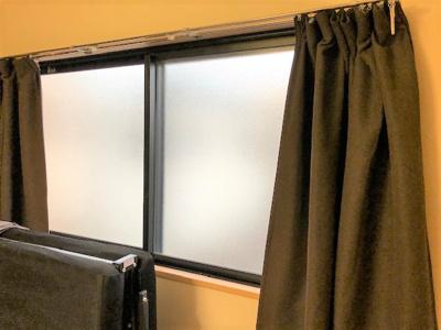 出窓ではないですが、窓があります