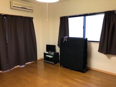 カーテン、TV、TV台、折り畳みベッドは残置物となります 使用可能ですが、修理や交換などは行っておりません。