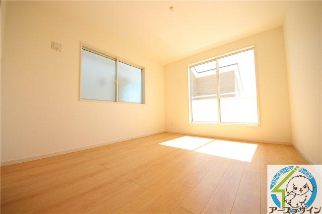 ■室内はいつも明るく、気持ちの良い朝を迎えることができます♪ プライベート空間である広々とした洋室です♪