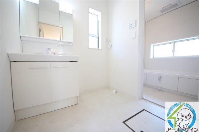 ■ハンドシャワー付!洗顔もシャンプーも楽ちん! 白を基調とした清潔感のあるシャンプードレッサーです。フラットな鏡は掃除がしやすく毎日清潔!収納が多いのも嬉しいですね。小窓からも光が差し込み明るいです♪