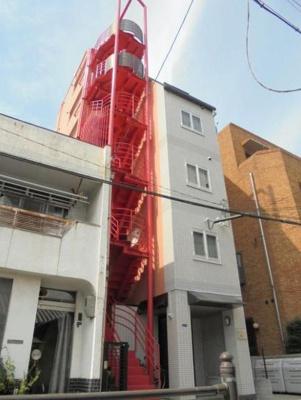 【外観】鉄骨造7階建て。最寄り駅までも約2分の好立地!