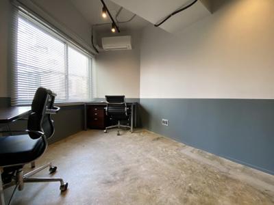 室内は24時間利用可能。デスクとチェアーのセットは貸与品として提供可能です。
