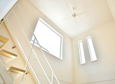 光を取りれる吹き抜けは、ファンをまわして空気の流れをつくることにより、冷暖房効率もあがります。