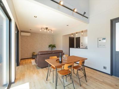 1階は、広く明るいリビングダイニングを中心に、対面式キッチン、バスルーム、トイレなどを1ヶ所に集中配置。暮らしが楽しくなる充実した居住空間が生まれました。