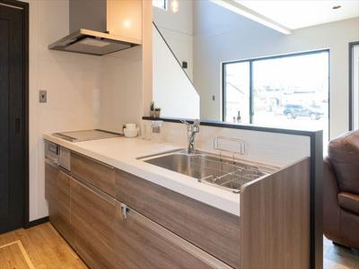 背面が通常よりも広めになっていますのでキッチン収納をおいても子供たちと一緒にお料理することができます 。