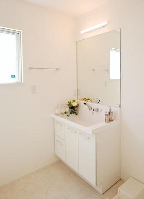 機能的な洗面ボウル、水ハネを防ぐ吐水シャワーなど、細やかな気配りがうれしい、ホテルライクなサニタリーです(画像は同仕様)。