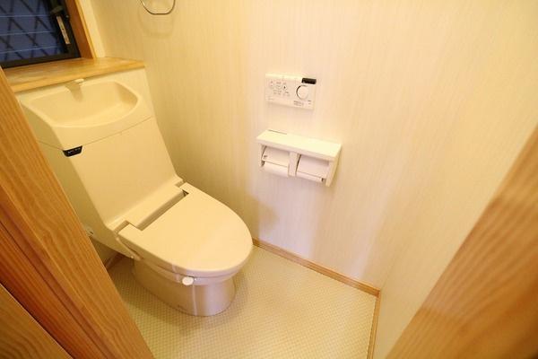 1階にウォシュレット付きトイレ。2階にもトイレあります♪