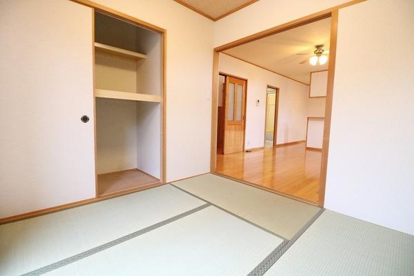 リビング横の4.5帖和室です♪