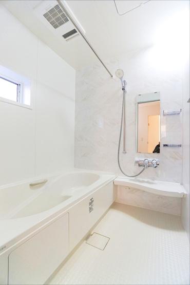 落ち着きのある同仕様の浴室です。 浴室にも窓があるってうれしいですね!