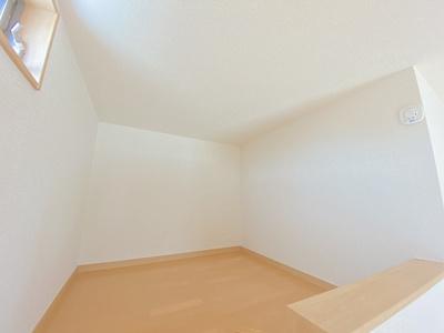 洋室8.7帖のお部屋にある2帖のロフトスペースです!ロフトスペースはベッドや収納スペースとしても使えて便利です☆