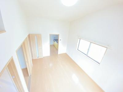 ロフトからの景観です!天井が高く開放感のある洋室8.7帖のお部屋です☆