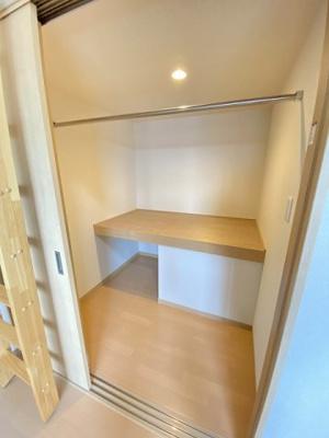 洋室8.7帖のお部屋にあるウォークインクローゼットです♪たっぷり収納できるのでお部屋がキレイに片付きます◎