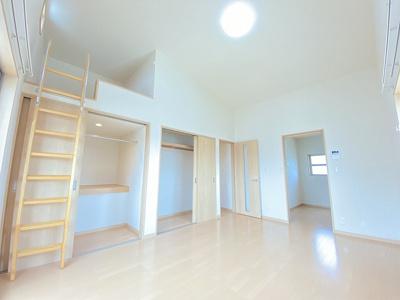 収納の充実した洋室8.7帖のお部屋です!ロフト・ウォークインクローゼット・クローゼット付きで荷物の多い方も安心の収納力◎
