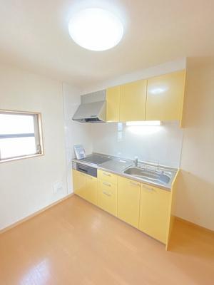 4.5帖のダイニングキッチンです♪換気のできる窓付きのキッチンでお料理の匂いもこもりません!