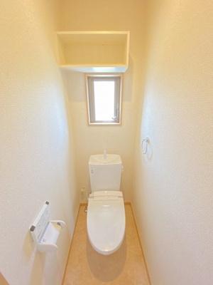 人気のシャワートイレ・バストイレ別です♪窓のあるトイレで換気もOK☆嫌なニオイがこもりません♪小物を置ける便利な棚やタオルハンガーも付いています♪