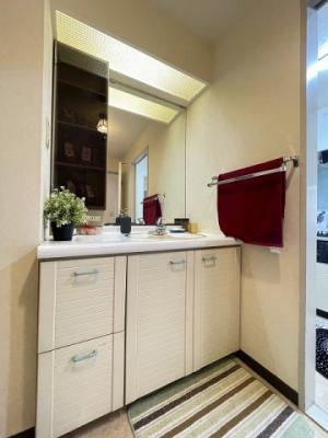 角度の変えられる2面鏡付きの独立洗面台で朝の準備もらくらく♪お化粧するときに大活躍ですね!