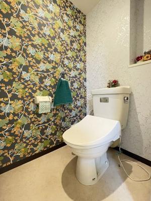 人気のシャワートイレ・バストイレ別です♪トイレットペーパーなどの小物を置ける棚付きです♪壁紙はオシャレなアクセントクロス☆